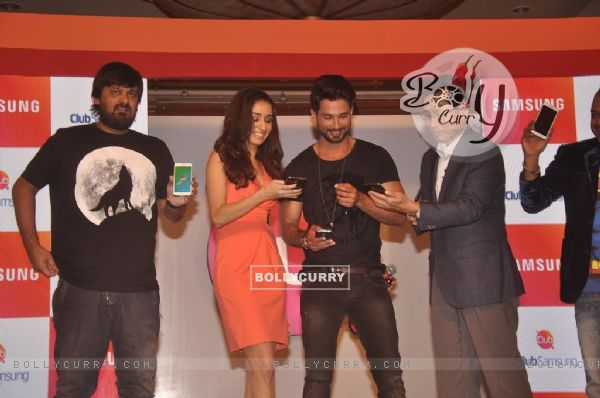 Shahid Kapoor And Shraddha Kapoor check out the Samsung App at the Launch