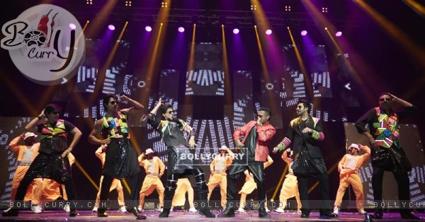 Honey Singh with the Team of Happy New Year performs at Slam The Tour