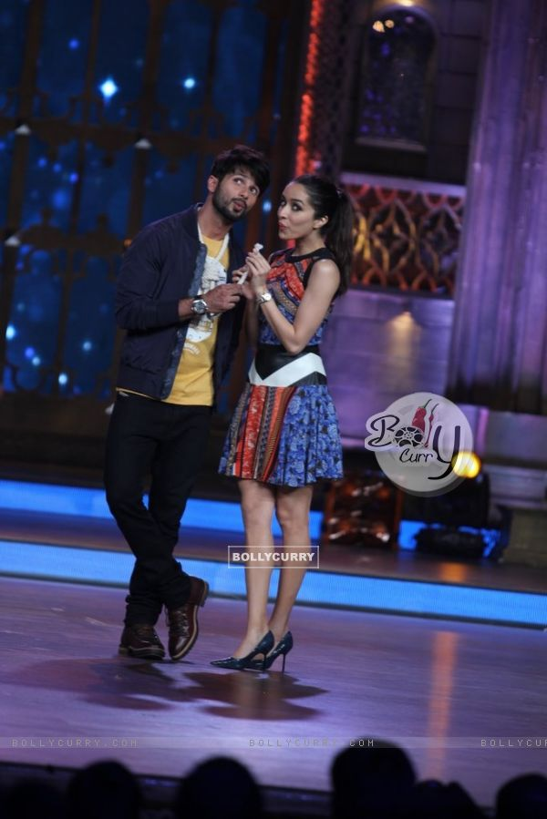 Shahid and Shraddha enact a scene from Haider on India's Best Cine Stars Ki Khoj