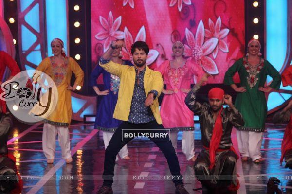 Shahid Kapoor performs on Bigg Boss 8
