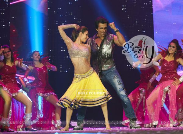 Malaika Arora Khan performs with Sonu Sood at the Slam Tour in Sears Center Arena, Chicago