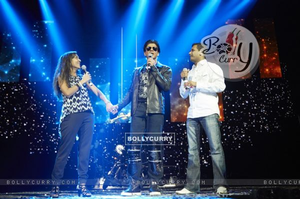 Shah Rukh Khan interacts with a fan at Slam Tour in Vancouver and San Jose