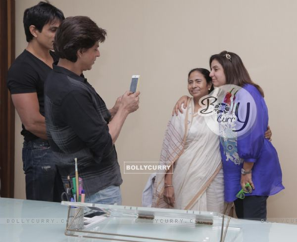 Shahrukh Khan clicks a picture of Mamta Bannerji and Farah Khan (342635)