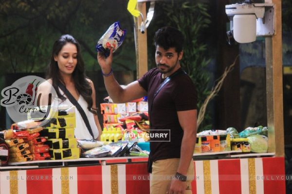 Gautam buys the weekly groceries from Lisa on Bigg Boss 8