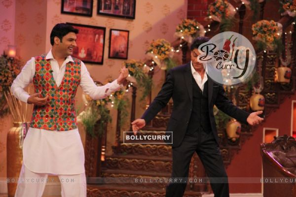 Kapil Sharma shakes a leg with Shah Rukh during the Celebration of DDLJ's 1000th week Completion
