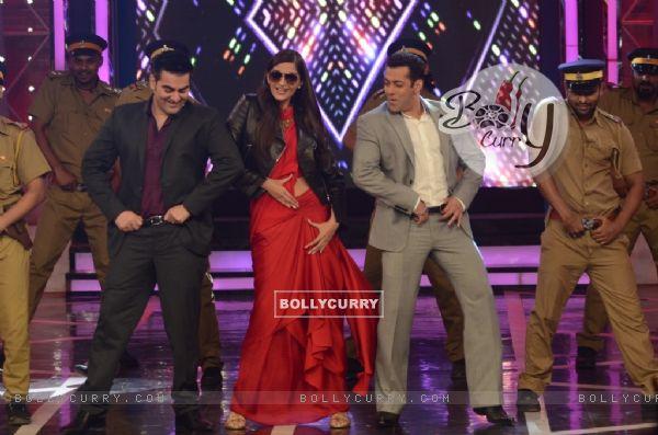 Salman Khan, Sonam Kapoor and Arbaaz Khan shake a leg in Bigg Boss 8