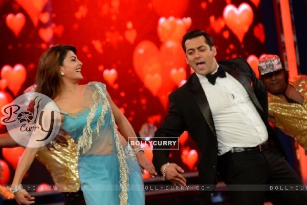 Jacqueline Fernandes shakes a leg with Salman Khan on Bigg Boss 8 (351068)