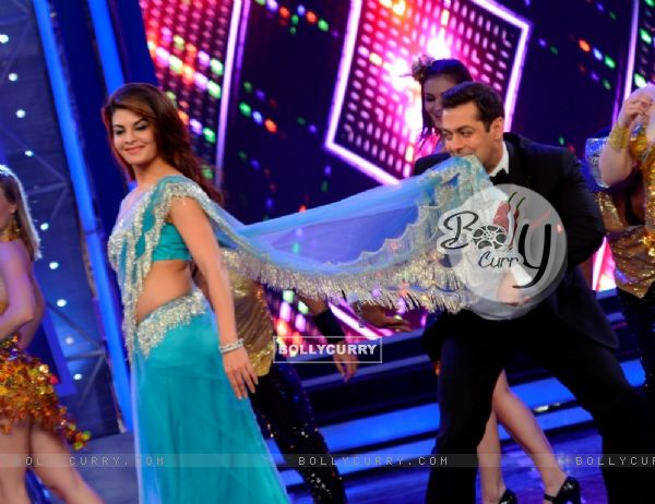 Jacqueline Fernandes and Salman Khan perform on Bigg Boss 8 (351070)