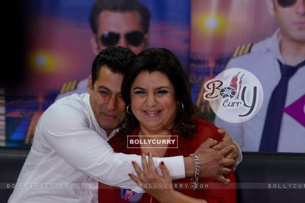 Salman Khan gives Farah Khan a hug in Bigg Boss 8