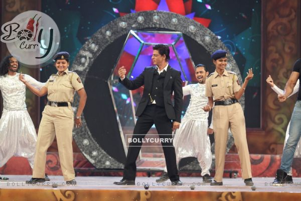 Shah Rukh Khan shakes a leg with a Police Officials at Umang Police Show