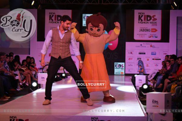 Gautam Rode performs with Chhota Bheem at India Kids Fashion Week 2015