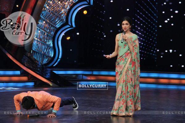 Karan Wahi does push ups during the Promotions of Piku on DID Supermoms Season 2