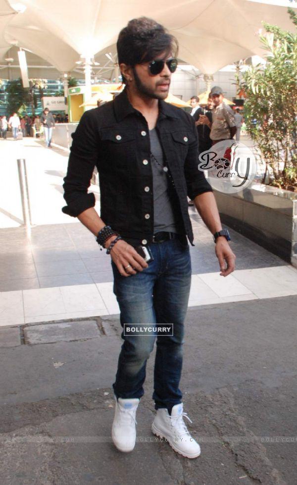 Himesh Reshamiya Snapped at Airport