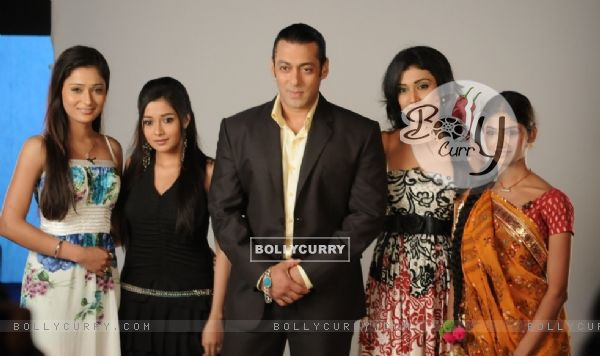 Salman Khan with Sara Khan,Ratan Rajput,Ragini Khanna and Tina Dutta