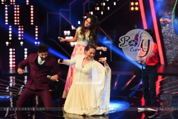 Sonakshi Sinha on the Sets of Indian Idol Junior Season 2 with Hosts Hussain and Asha Negi