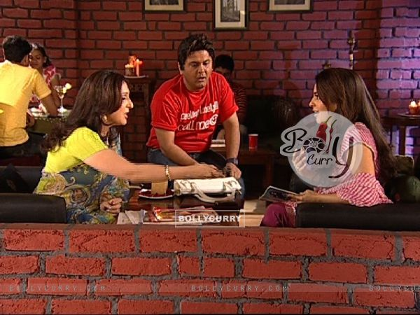Radhika and Ali talking to Juhi Chawla