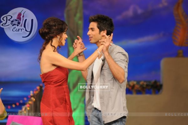 Shahid Kapoor and Genelia Dsouza dancing