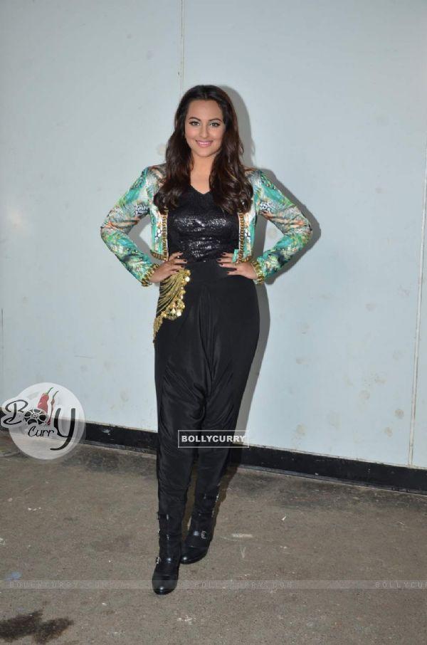 Sonakshi Sinha on the Sets of Indian Idol Junior Season 2