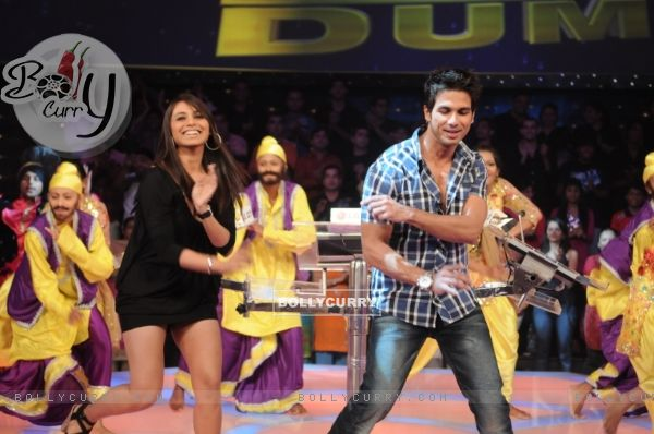 Shahid Kapoor and Rani Mukherjee dancing