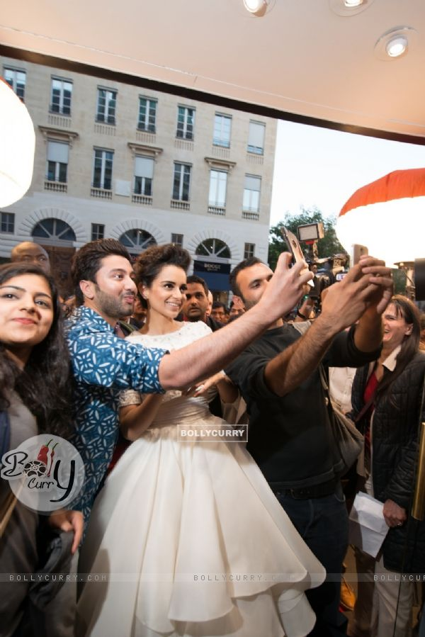 Selfie With Kangana Ranaut at Premiere of Queen in Paris (377817)