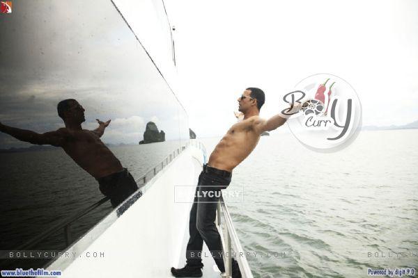 Akshay Kumar standing on a boat (37811)