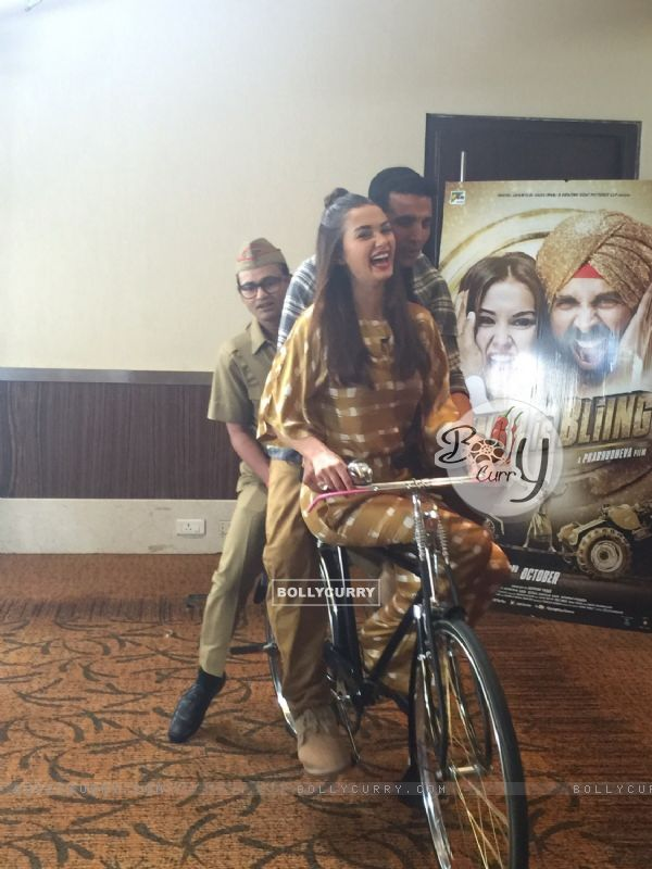 Akshay Kumar and Amy Jackson Rides Bicycle During Promotions of Singh is Bling (379354)