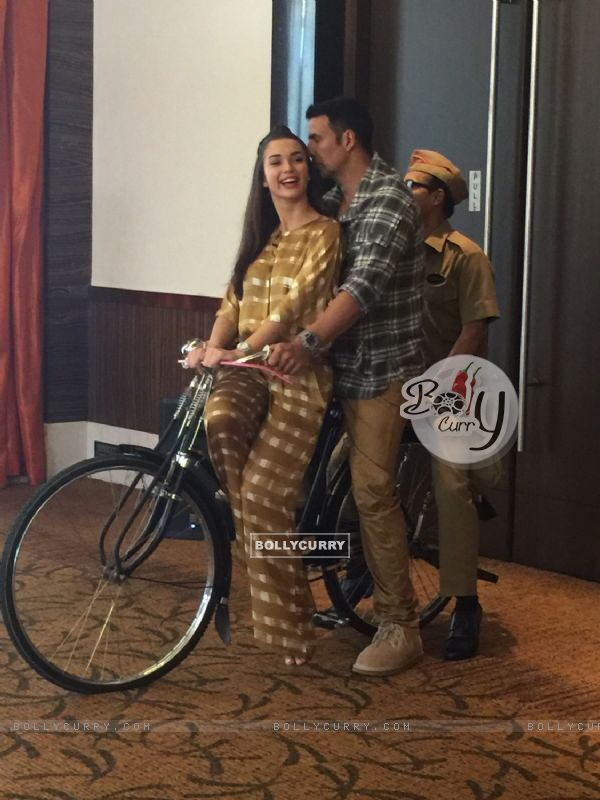 Akshay Kumar and Amy Jackson Rides Bicycle During Promotions of Singh is Bling (379355)