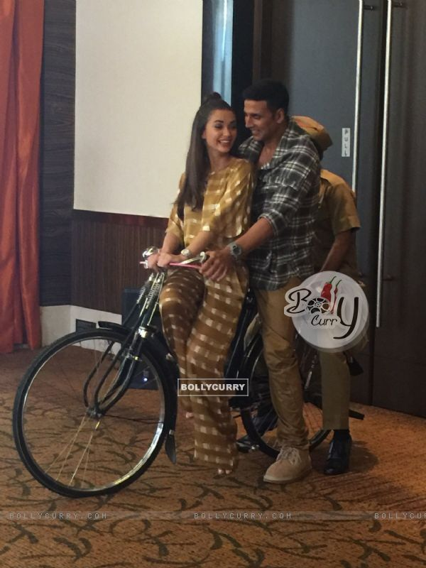 Akshay Kumar and Amy Jackson Rides Bicycle During Promotions of Singh is Bling (379356)