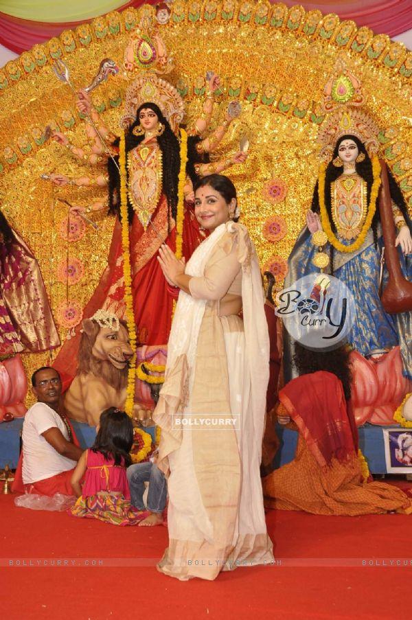 Vidya Balan Visits Durga Pandal for Durga Pooja