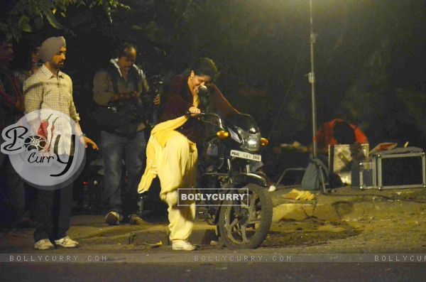 Kareena Kapoor Tries to Kick Start the Motorcycle on Location of Udta Punjab (382243)