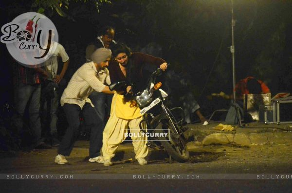 Kareena Kapoor Tries to Kick Start the Motorcycle on Location of Udta Punjab (382244)