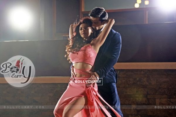 Karan Singh Grover and Daisy Shah Sizzles in 'Tu Isaq Mera' Song of Hate Story 3
