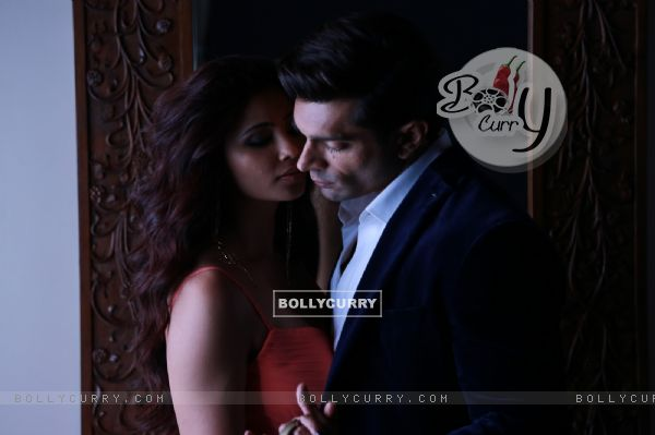 Karan Singh Grover and Daisy Shah Sizzles in 'Tu Isaq Mera' Song of Hate Story 3 (382616)
