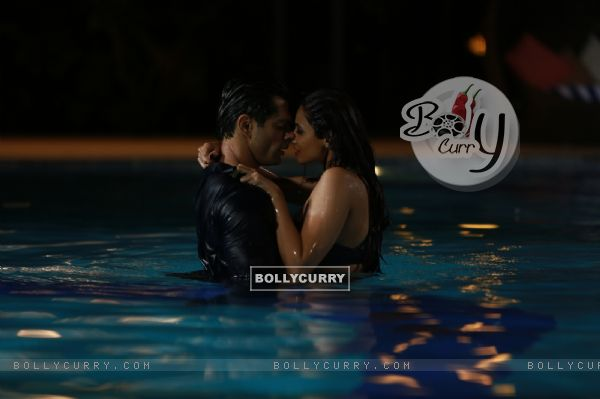 Karan Singh Grover and Daisy Shah Sizzles in 'Tu Isaq Mera' Song of Hate Story 3 (382618)