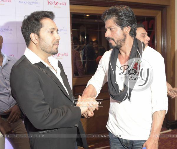 Mika Singh Meets Shah Rukh Khan on His 50th Birthday
