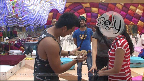 Bigg Boss 9 Nau - Prince Narula gives the 'heart parantha' to Yuvika Chaudhary