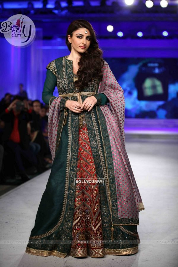 Soha Ali Khan Walks for JJ Valaya in Kolkata for Blenders Show