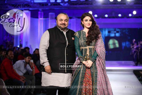 Soha Ali Khan Walks for JJ Valaya in Kolkata for Blenders Show