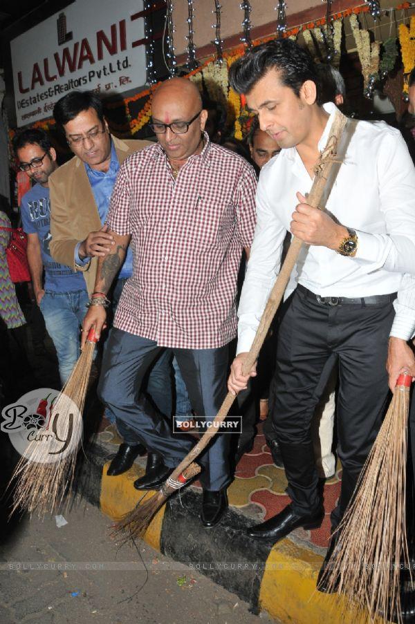 Sonu Nigam Promotes the 'Swachh Bharat Abhiyaan' Initiative