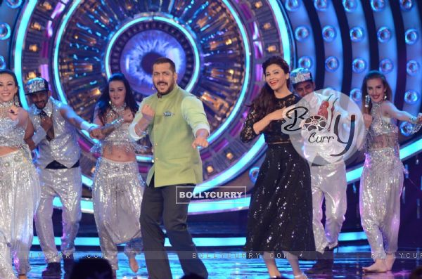 Daisy Shah Shakes a Leg With Salman During Promotions of Hate Story 3 on Bigg Boss 9 Nau