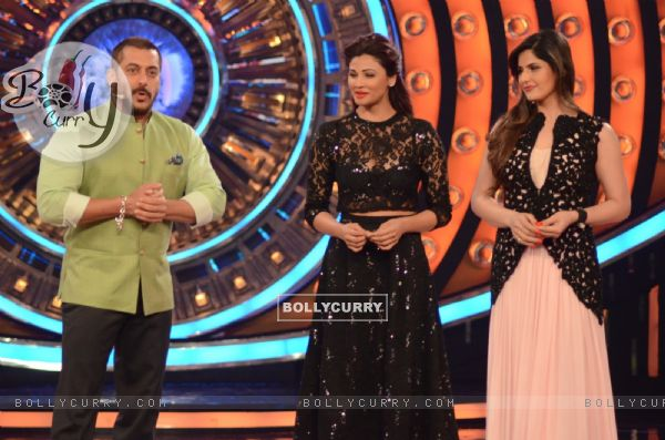 Zarine Khan and Daisy Shah on Bigg Boss 9 Nau for Promotions of Hate Story 3 (384609)