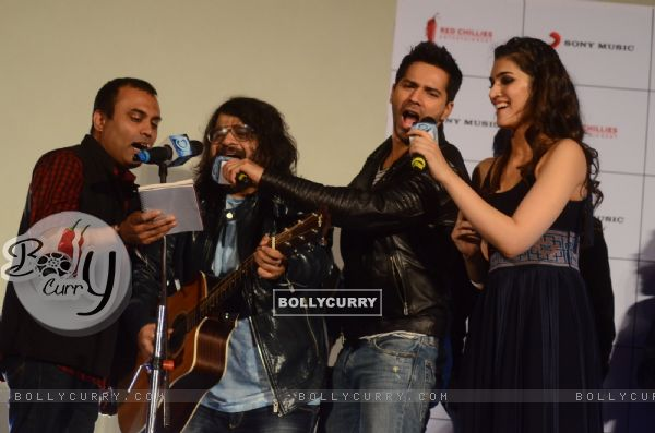 "Pritam, Kriti Sanon and Varun Dhawan singing few lines from ""Premika"" at Song Launch of 'Dilwale'"