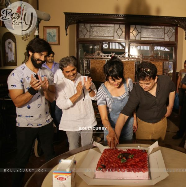 Shahid Kapoor, Vishal Bhardwaj and Sajid Nadiadwala Kick Starts Shooting of Rangoon by Cutting Cake (384932)