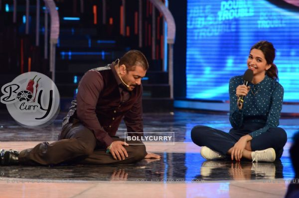 Salman Khan And Deepika Padukone on Stage of Bigg Boss 9- Double Trouble (385442)