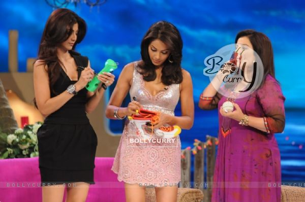 Shilpa Shetty and Bipasha Basu giving their autograph