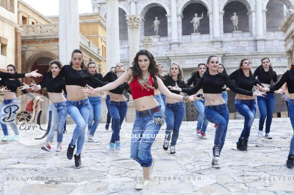 Kriti Sanon Sizzles in 'Manma Emotion Jaage' - second song of Dilwale