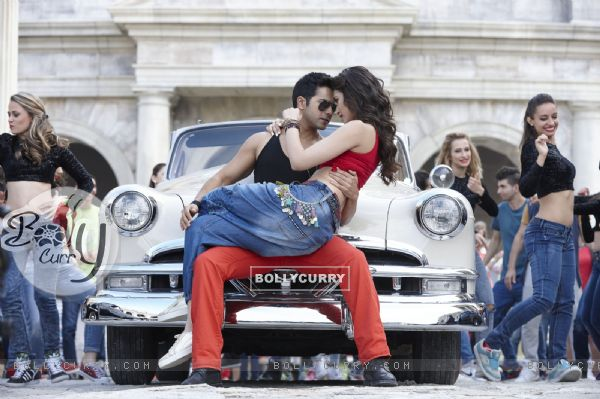 Varun- Kriti rocks in 'Manma Emotion Jaage' - second song of Dilwale