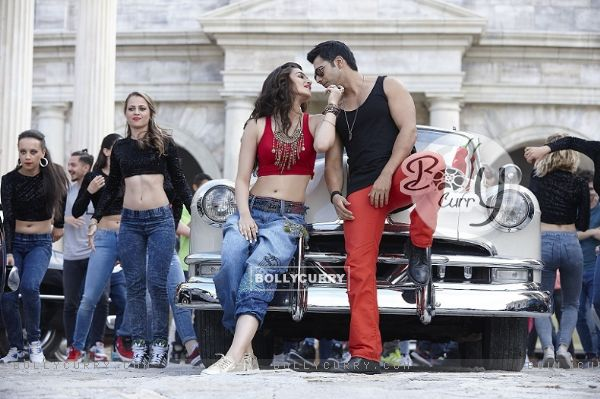 Kriti-Varun Sizzles in 'Manma Emotion Jaage' - second song of Dilwale