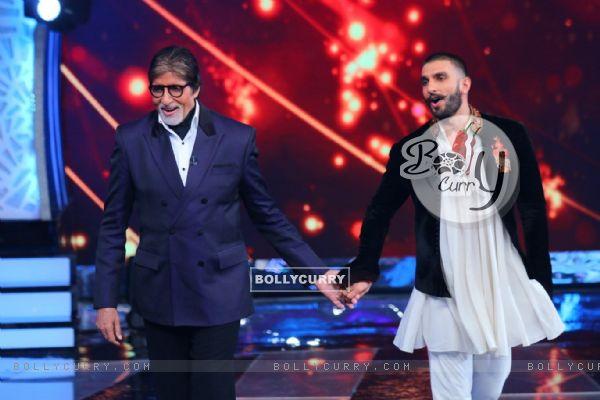 BigB and Ranveer Singh shaking a leg at 'Aaj Ki Raat Hai Zindagi' Show