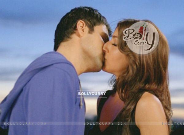 Emraan Hashmi and Soha Ali Khan kissing each other (38612)